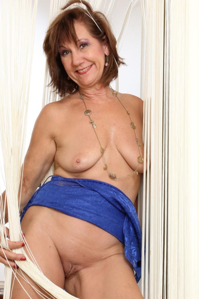 Bückstück Gabriela bzgl. Sie sucht Sex Frankfurt und auch Erotische Treffen Kassel anschreiben.