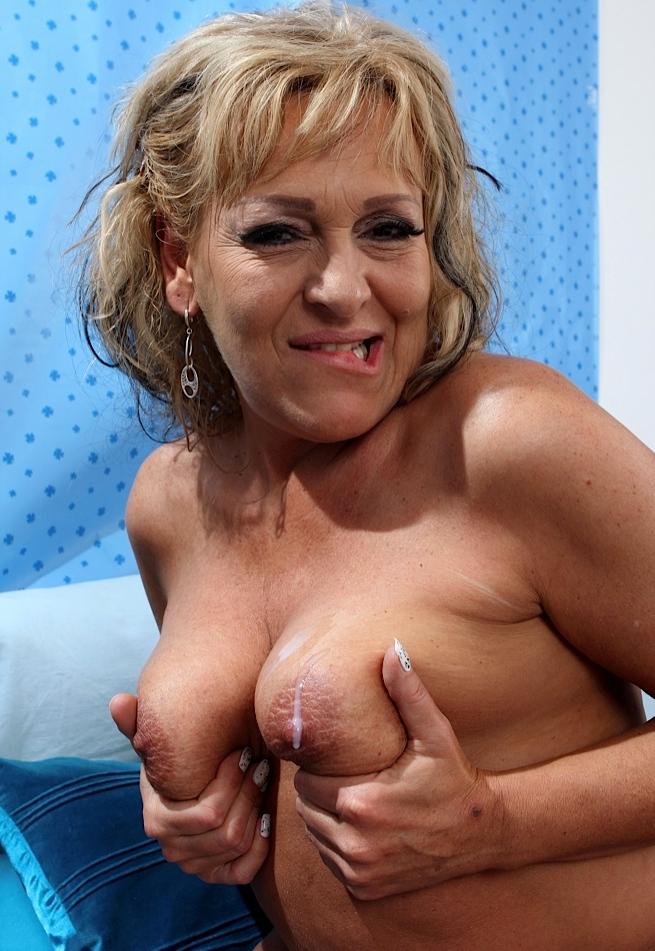 Bezüglich Erotischer Kontakt Duisburg oder auch MILF Kontakt Frankfurt – die Richtige dafür ist Kerstin.