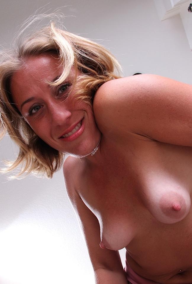 Die hier zu sehende attraktive Milf Luise hat Lust auf ihr erotisches Fickdate.