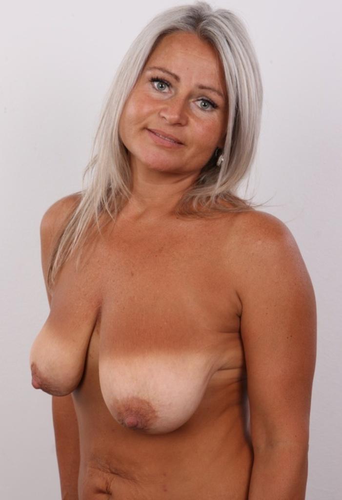 Die devote Cougar Babette hat Lust auf ihr einmaliges Sexabenteuer.