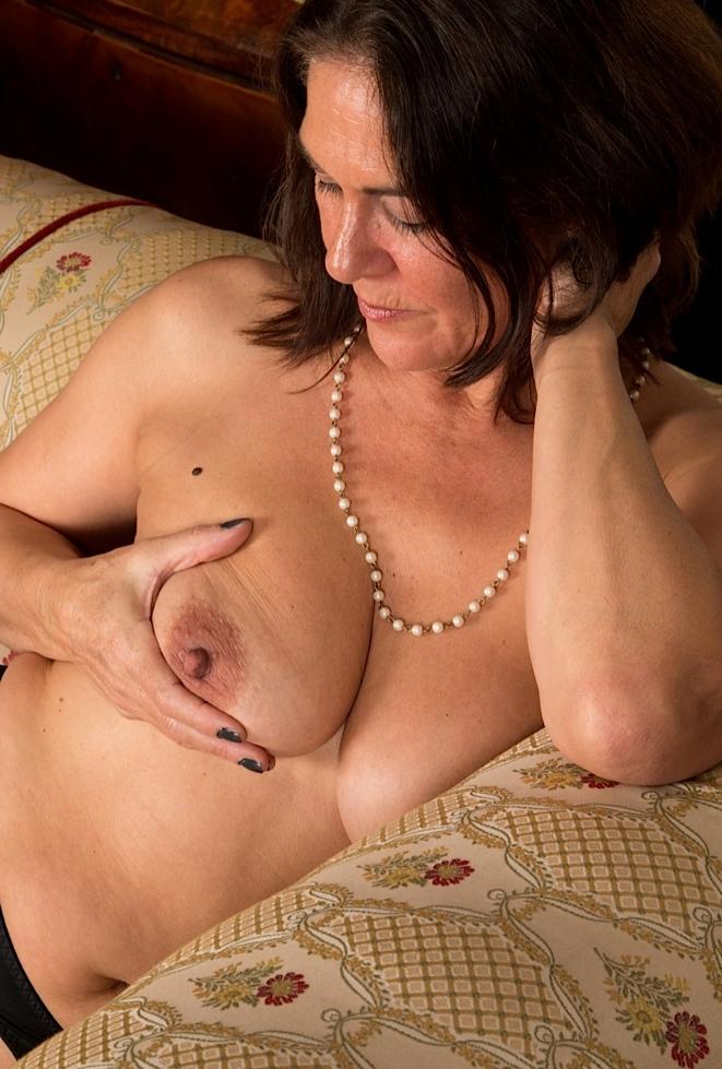 Die hier zu sehende echte Milf Silvia möchte ihr lustvolles Vergnügen.
