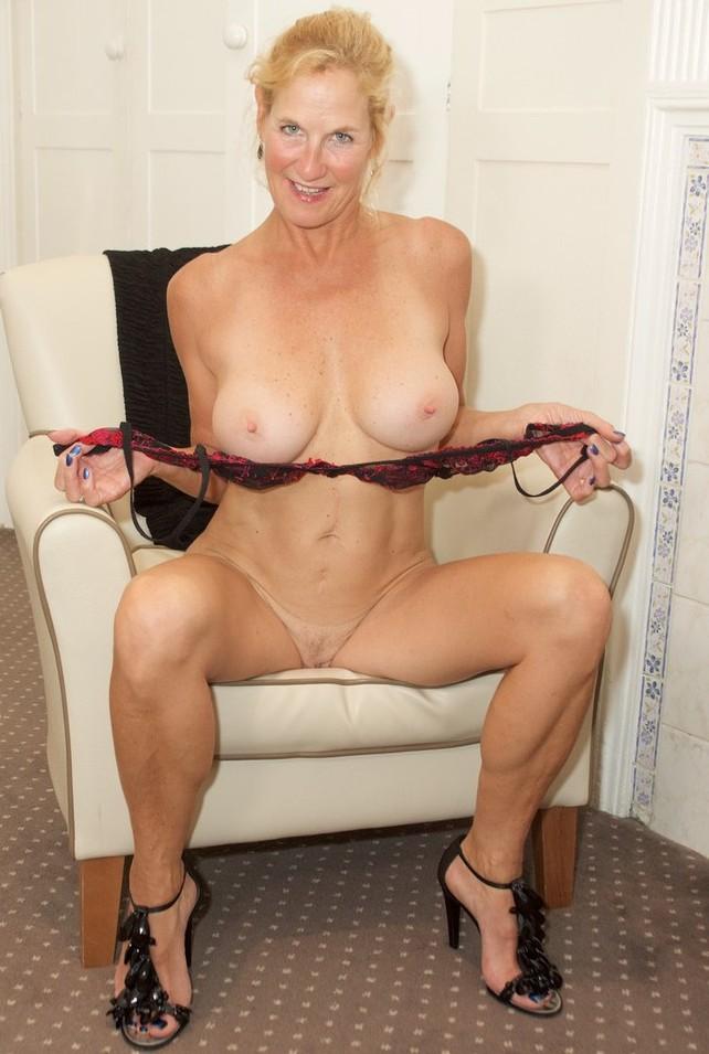 Die hier zu sehende erfahrene Cougar Uschi braucht ihr leidenschaftliches XXX Abenteuer.
