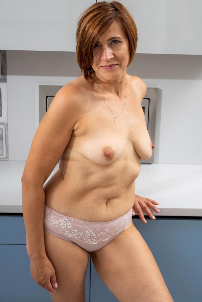 Frivole Hausfrau will ein geiles Fickvergnügen.
