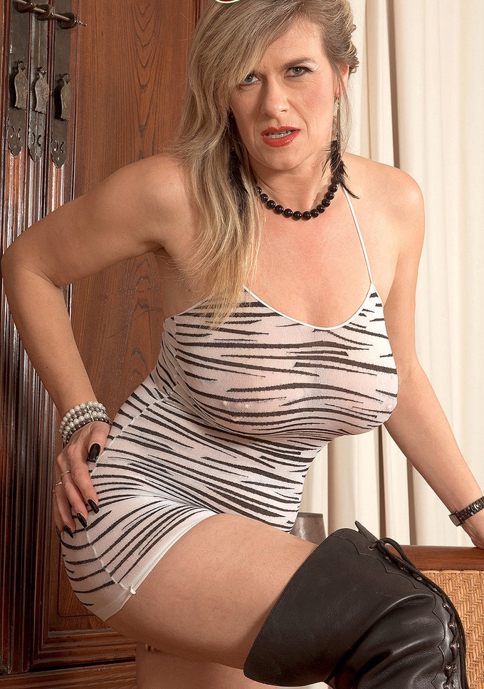 Die geile Gilf Lilly hat Lust auf ihr romantisches Ficktreffen.