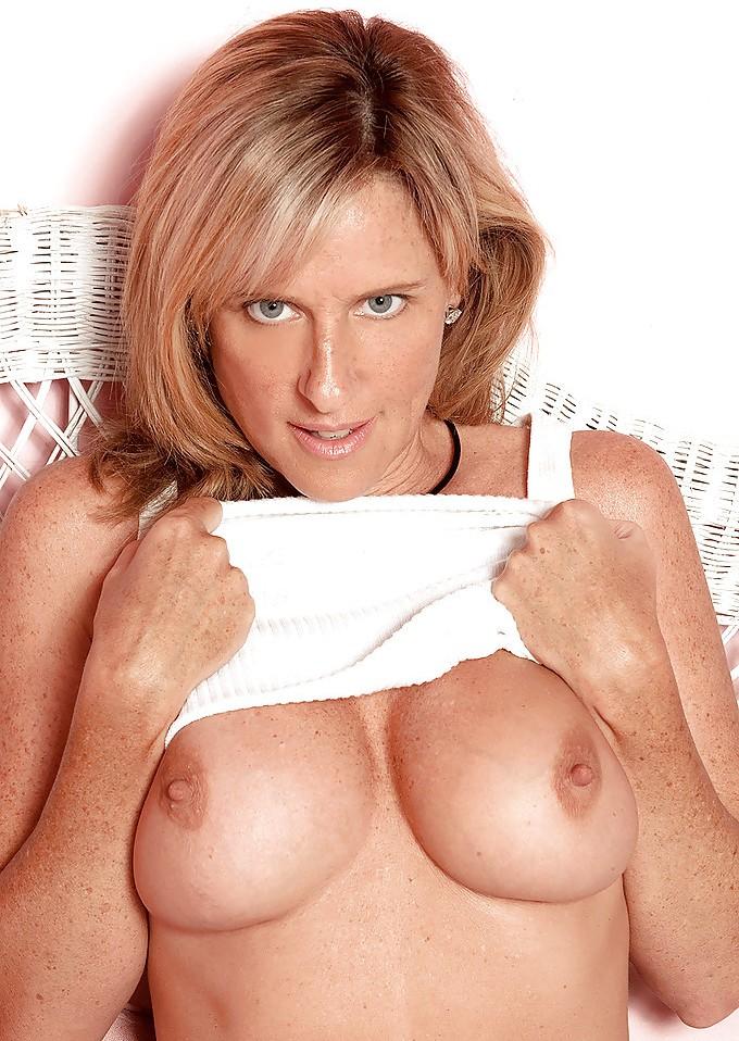 Heisse Ehefrau möchte ein erotisches Bumsabenteuer.