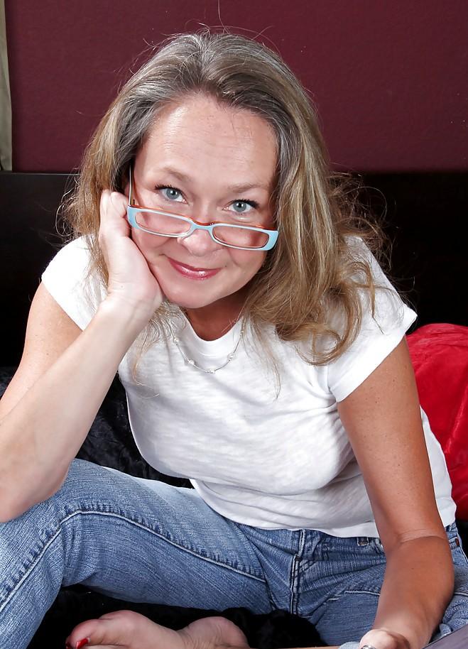 Die hier zu sehende reife Oma Birgit braucht ein erotisches Bumstreffen.