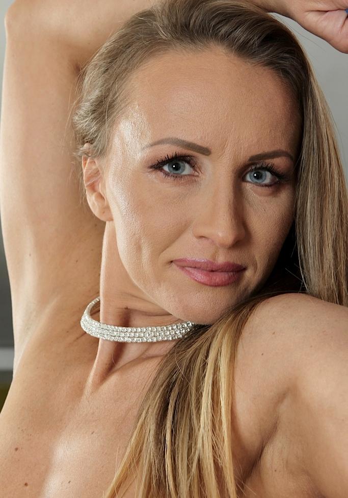 Zeigefreudige Hausfrau will ein körperliches Fickvergnügen.