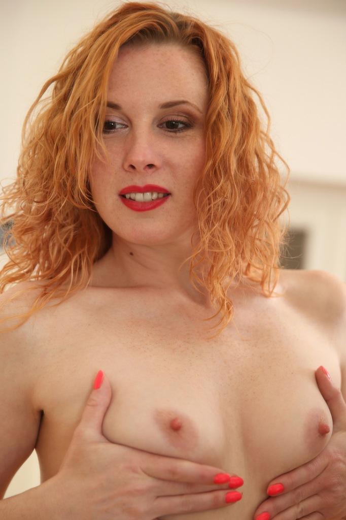 Die zeigefreudige Ehefrau Simone sucht ein geiles Sexverhältnis.