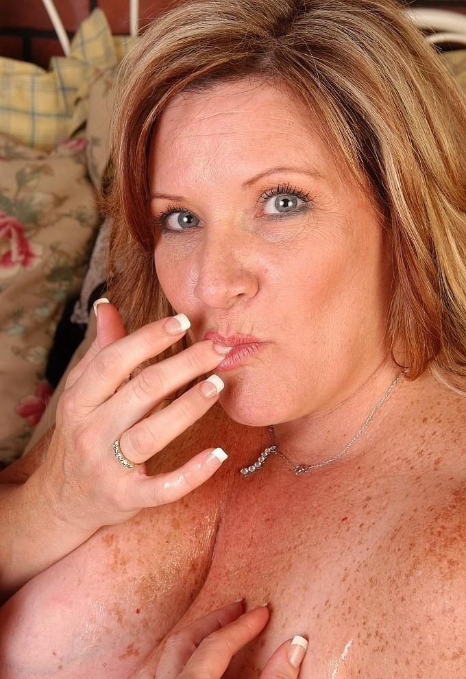 Die hier zu sehende zeigefreudige Cougar Alex möchte ihr kurzweiliges Ficktreffen.