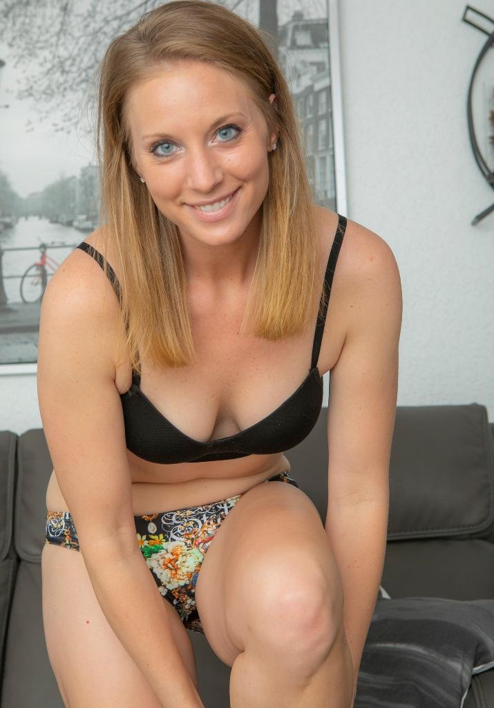 In Sachen Erotische Treffen Düsseldorf bzw. Fremdgehen Franken nimm Kontakt auf zu Angelina.
